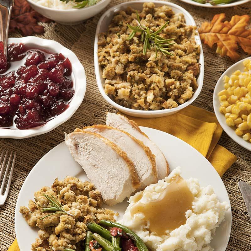 table de thanksgiving avec dinde et stuffing