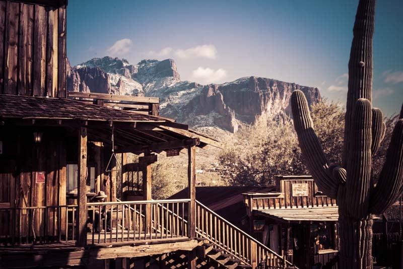 Vue sur la Superstition Mountain depuis Goldfield Ghost Town