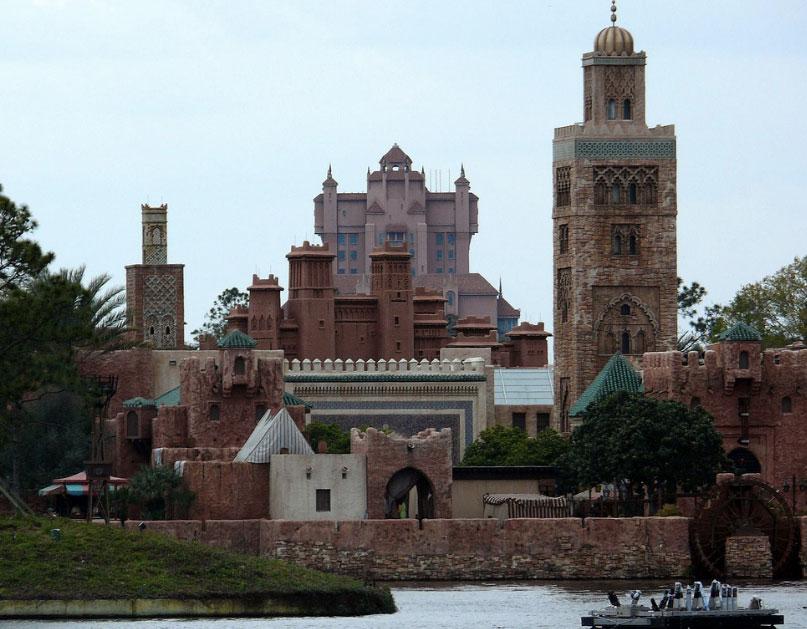 Hollywood Tower Hotel en arrière plan du Maroc à Epcot