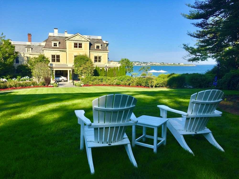Manoir et chaises adirondack à Newport Rhode island